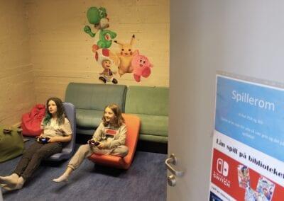 To jenter på spillrommet i biblioteket