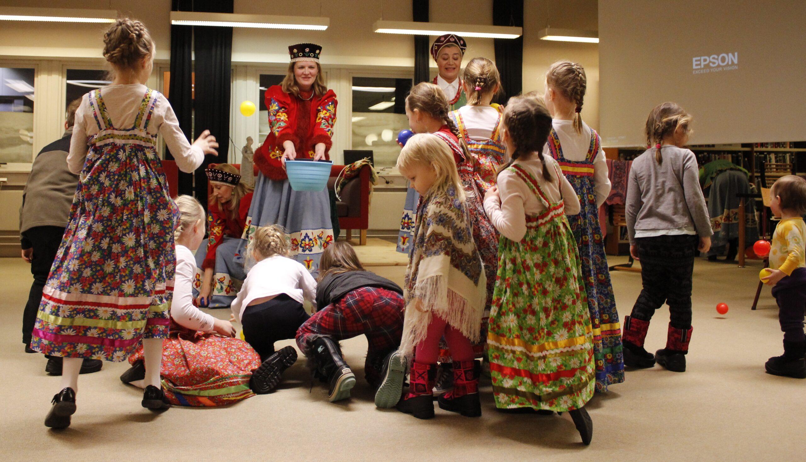 Barn og voksne feirer russisk fastelaven